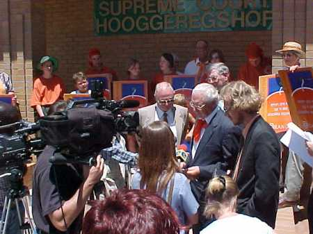 the_orania_beweging_in_front_of_the_kimberley_high_court_to_campaign_for_the_town27s_municipal_status